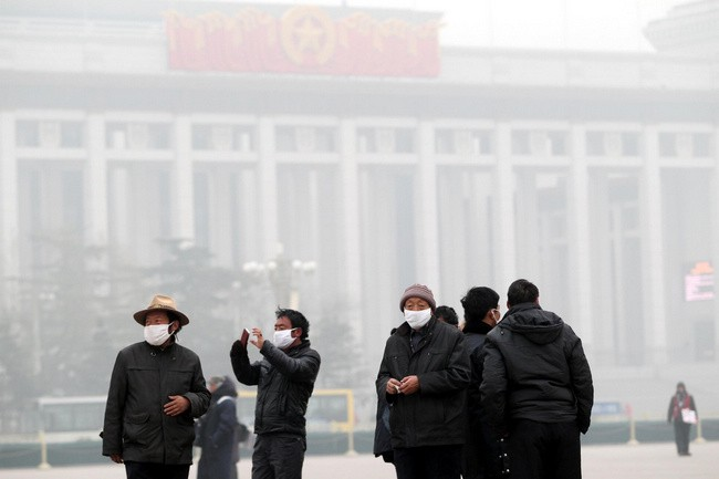 People visit the Tian'anmen Square in Beijing, capital of China, Jan 11, 2013. The PM 2.5 (particles less than 2.5 microns) data in Beijing hit 240 to 446 on Friday, which means the 6 rating heavily polluted air quality. [Photo/Xinhua]