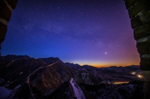 Photo taken from a beacon tower on Huanghuacheng Great Wall on February 9,2014 shows the star-filled sky before sunrise.The Ming Dynasty Huanghuacheng Great Wall is located in Beijing's Huairou district,approximately 70 km from downtown Beijing. The recent snowfall has added to the scenery's serenity and purity.[Photo/Xinhua]